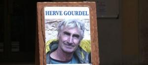 capture-d-ecran-d-un-portrait-d-herve-gourdel-place-sous-les-arcades-de-la-mairie-de-saint-martin-vesubie-alpes-maritimes-le-23-septembre-2014_5090262
