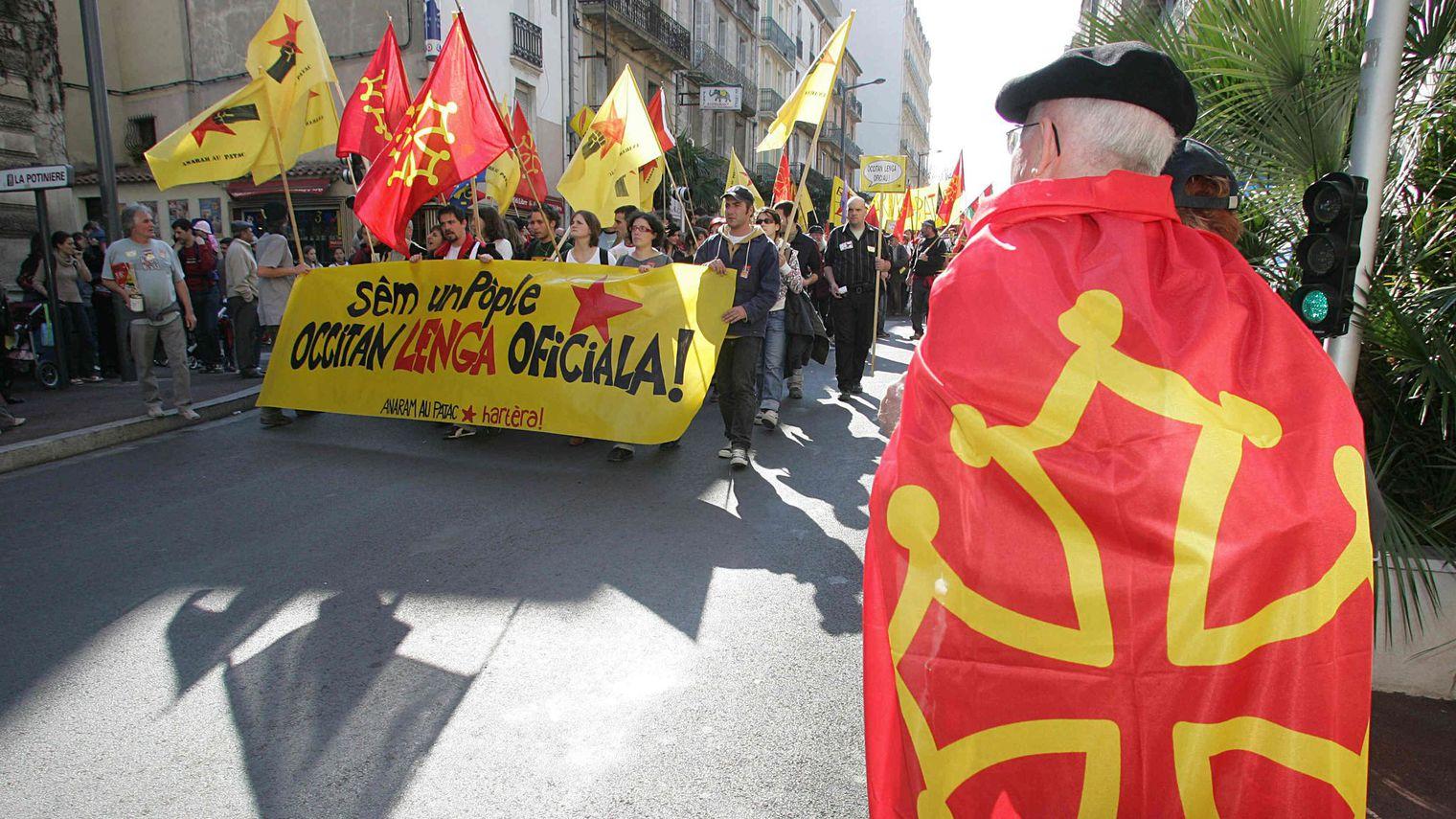 drapeau-frappe-de-la-croix-occitane-lors-d-une-manifestation-pour-la-defense-de-la-langue-d-oc-a-beziers-le-17-mars-2007_5181407